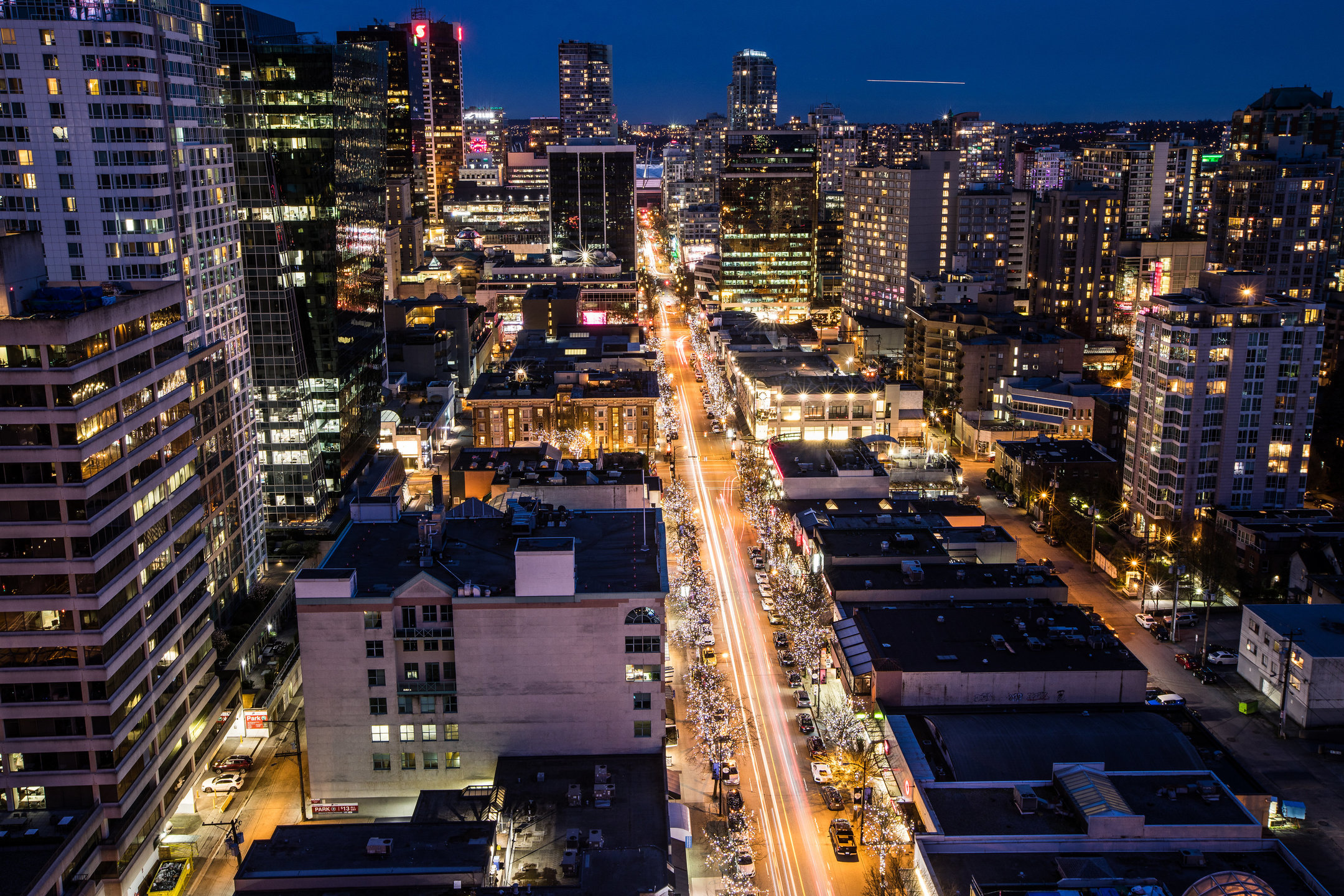 Vancouvers Robson Street bei Nacht